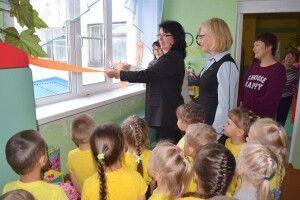 У Росії врочисто відкрили нове пластикове вікно в дитячому садочку (фото)