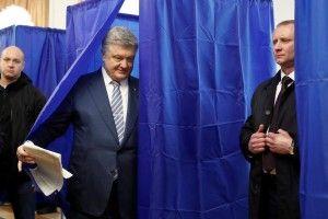 Петро Порошенко проголосував і висловив впевненість, що Україна буде рухатися вперед до Європейського Союзу та НАТО, а також продовжуватиме реформи