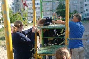 Довелося викликати рятувальників: у Вараші дитина застрягла в драбині