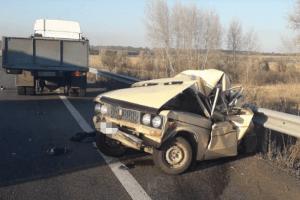 Вантажівка влетіла у припаркований на узбіччі «Жигуль» –  легковик просто зім'яло... (фото)