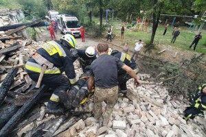 У Дніпрі під час гасіння пожежі після обвалу даху постраждали троє рятувальників