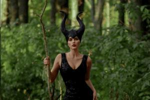 Рівненська блогерка влаштувала фотосесію в костюмі рогатої чаклунки (Фото)