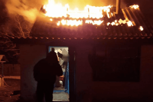 Поліцейський врятував чоловіка із палаючого будинку