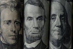 Долар поволі продовжує дорожчати
