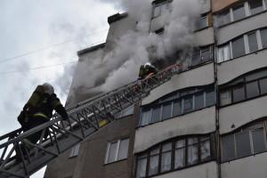 У Рівному пожежникам довелося за допомогою автодрабини проводити евакуацію десятьох мешканців охопленої вогнем дев'ятиповерхівки (фото)