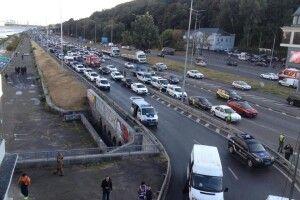 У Києві проводиться масштабна спецоперація: намагаються знешкодити зловмисника, який погрожує підірвати Міст метро