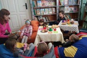 Дітей та іхніх батьків пригощали... цікавими історіями з книг