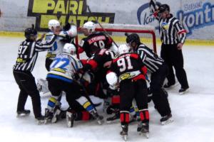 В УХЛ хокеїсти влаштували грандіозну бійку (відео)