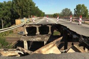 По обваленому мосту з величезною «діркою» продовжують їздити автомобілі