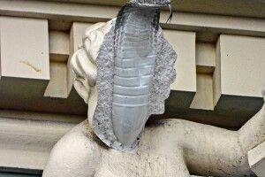 В Одесі від скульптури зі старовинного будинку відпала частина обличчя. Усередині була пляшка