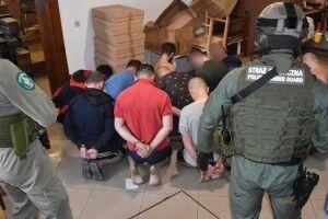 У Польщі затримали 26 громадян України, які працювали на підпільній тютюновій фабриці