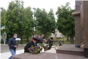 В Іваничах поклали квіти до  знаку «Герої не вмирають»