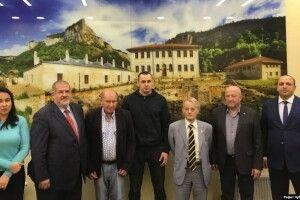 «Будемо разом повертатися в Крим» – лідери кримськотатарського народу зустрілися з Сенцовим