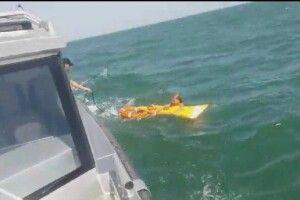 Поліцейські врятували дівчину, яку на надувному матраці віднесло хвилями за кілометр від узбережжя Азовського моря