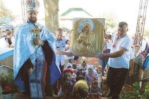 УСмоляві люди нестримували сліз, коли доїхнього храму повернули викрадені ікони