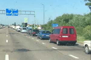 До озера Світязь черга автомобілів розтягнулася на 30 кілометрів (Відео)