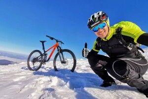 Чоловік на велосипеді видерся на засніжену Говерлу (Фото)