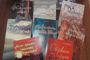 Блогерка з Києва подарувала книги Ніни Фіалко Локачинській бібліотеці