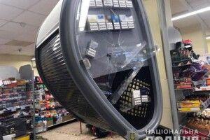 Помстився за дружину: в Маріуполі чоловік сокирою порубав вітрини в крамниці