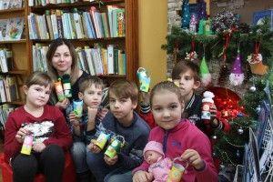 Читачі бібліотеки слухали різдвяні казки і клеїли із паперу колядників (фото)