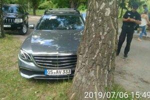 У Луцьку муніципальна варта склала протоколи на 10 водіїв за паркування у парку