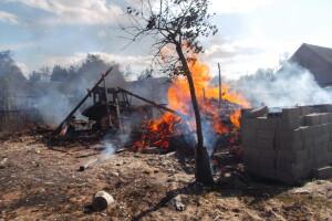 У селі на Рівненщині згоріли гараж, дровітня та трактор