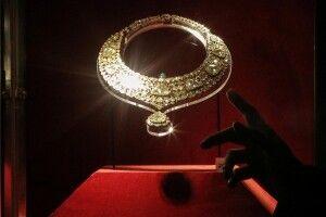 У Парижі знайшли коштовності, які з ювелірного магазину шляхом обману викрала «принцеса» з ОАЕ