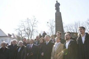 На Тарасовій горі у Каневі Петро Порошенко вручив Оксані Забужко Шевченківську премію
