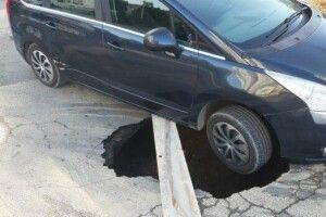 До роботи доїхати не вдалося: автомобіль провалився під асфальт (Фото)