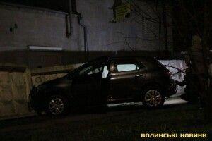 У Луцьку водійка дорогого авто в'їхала в паркан