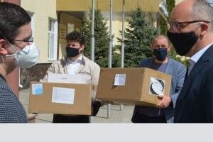 Волинська обласна лікарня отримала захисні костюми  від Порошенка