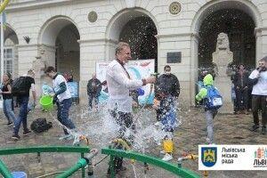 Львівського міського голову посеред міста облили водою