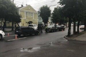 У Луцьку одна машина стукнула в зад другій, а сама отримала від третьої (Фото)