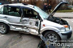 У Рівному «Ford Fusion» зіткнувся з вантажним бусом «Mercedes-Benz»: водій легковика у лікарні (фото)
