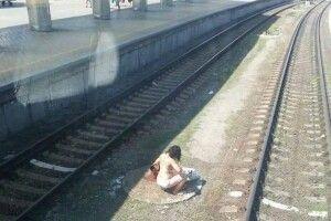 На залізничному вокзалі у Дніпрі жінка посеред білого дня приймала душ з пожежного гідранта (фото)
