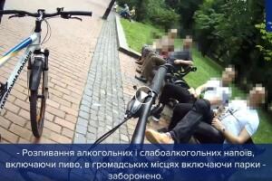 Чоловіків, які розпивали алкогольні напої в парку, поліцейські закували в кайданки (Відео)