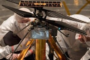 NASA встановило експериментальний вертоліт на марсохід