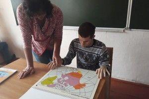Волинським дітям з порушенням зору подарували рельєфно-графічний Атлас світу (фото)
