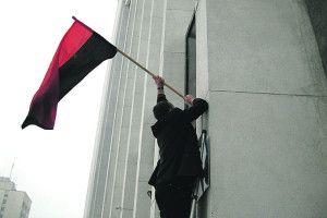 Червоно–чорний прапор над вікнами голови ОДА — тільки на свята?