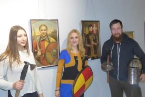 Луцькі лицарі прийшли на виставку художниці з квітами і обладунками