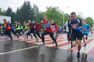 Травневий дощ не злякав 228 бігунів, які боролись за призи «Газети «Волинь» у Луцьку (Фото, відео)