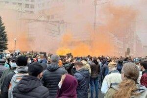 Протест під КСУ: суд закидали фаєрами, презервативами і димовими шашками (Фото)