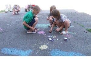 Луцькі дітлахи малювали на асфальті «Літо барвінкове»