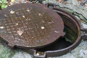Пошкодженний суглоб, розбитий телефон: лучанин провалився у каналізаційний люк посеред міста