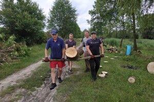 У місті на Волині активісти облаштовують територію навколо озера (Фото)