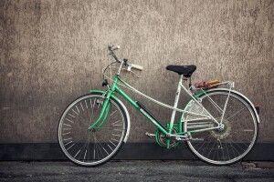 Вирвав гроші з рук: у Луцьку велосипедист пограбував чоловіка
