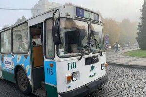 У Луцьку поліція зупинила тролейбус і перерахувала пасажирів (Фото)