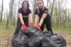 У Ківерцях мама з дочкою під час карантину... прибирають ліс