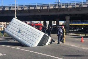 У Києві провалився під асфальт мікроавтобус (фото)