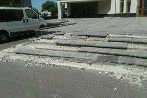 Біля самісінької будівлі Волинської ОДА виявили роздовбані сходи і провалля в бруківці (фото)
